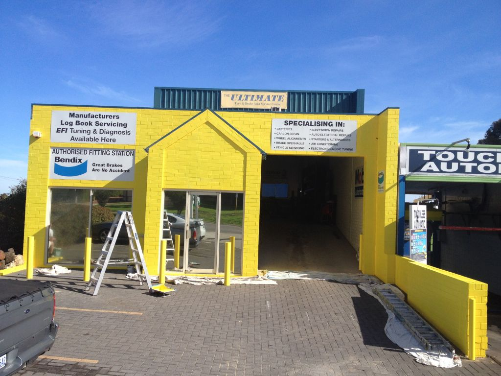 Painters in Wangara painting commercial building